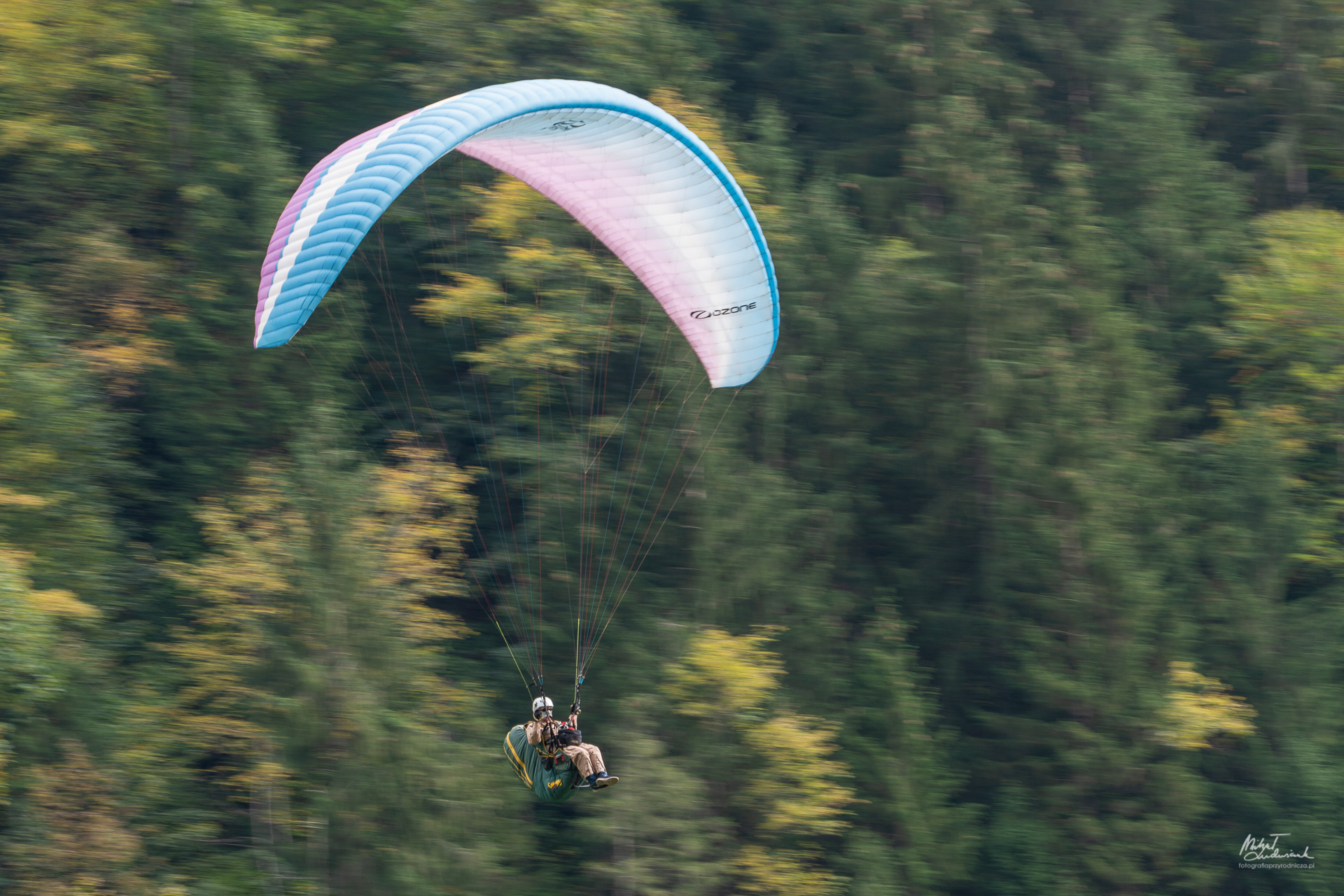 Paralotniarze nad Stechelbergiem