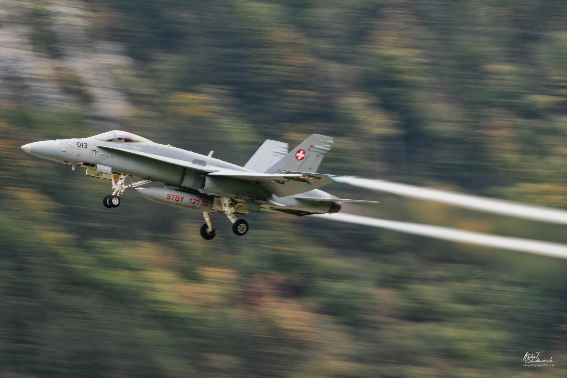 Startujący F/A-18 Hornet - pierwsze próby panoramowania