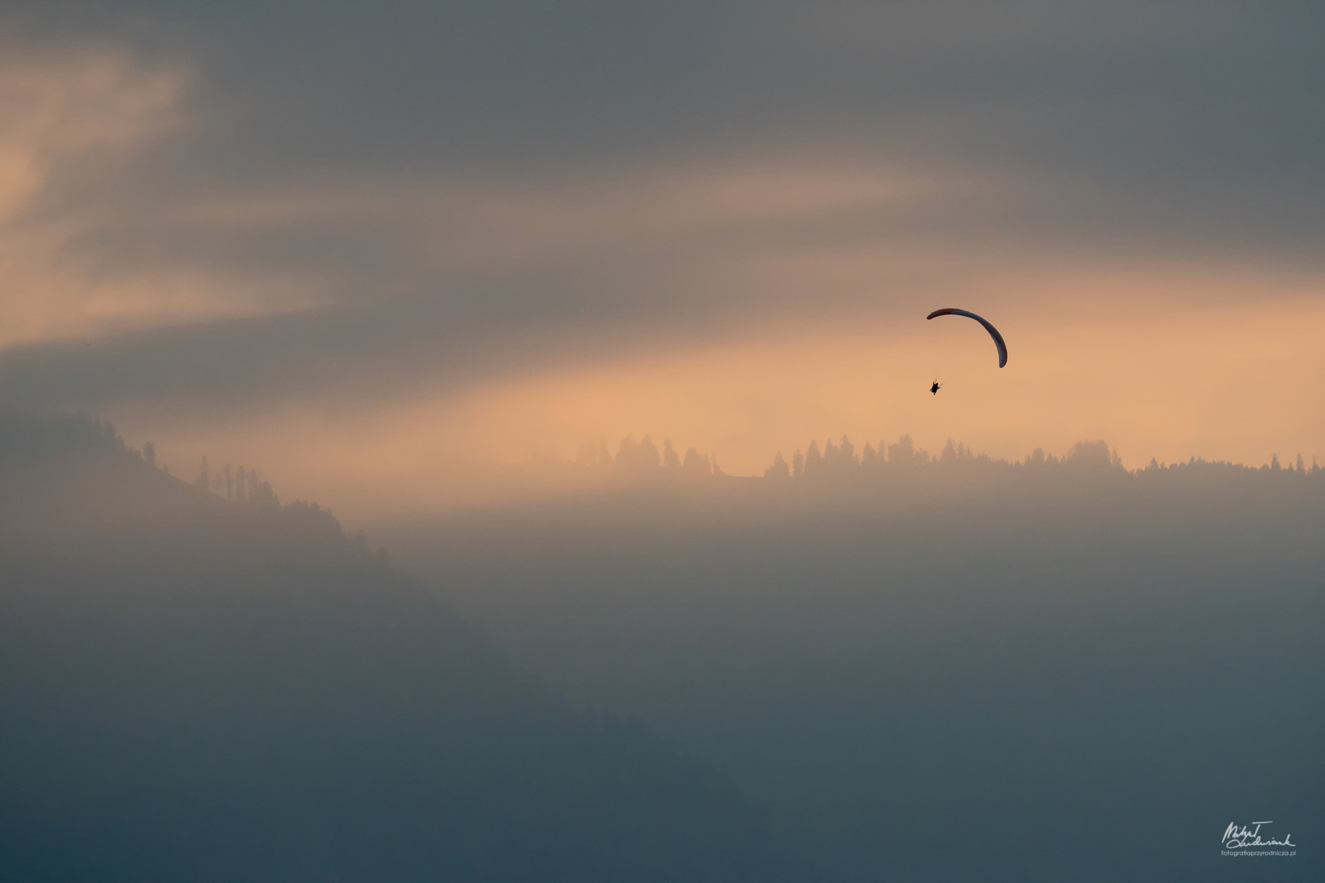 Paralotniarz nad Interlaken