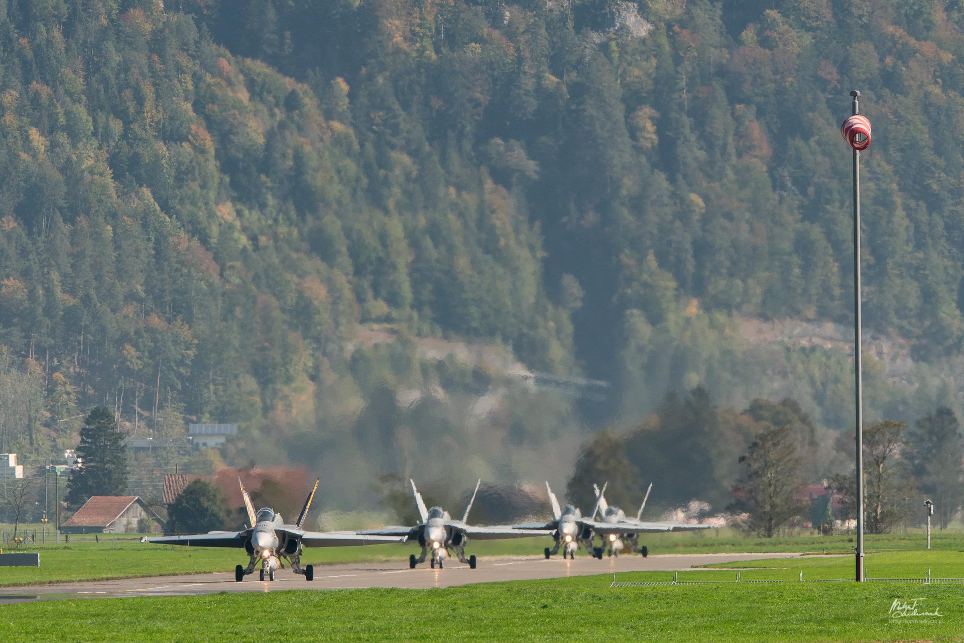Formacja Hornetów szytkuje się do staru